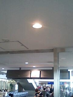 選手達だらけの成田空港グアム便搭乗口